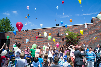 Kinder ließen zu Beginn Luftballons in den blauen Himmel steigen (Foto: Frithjof Nowakewitz)