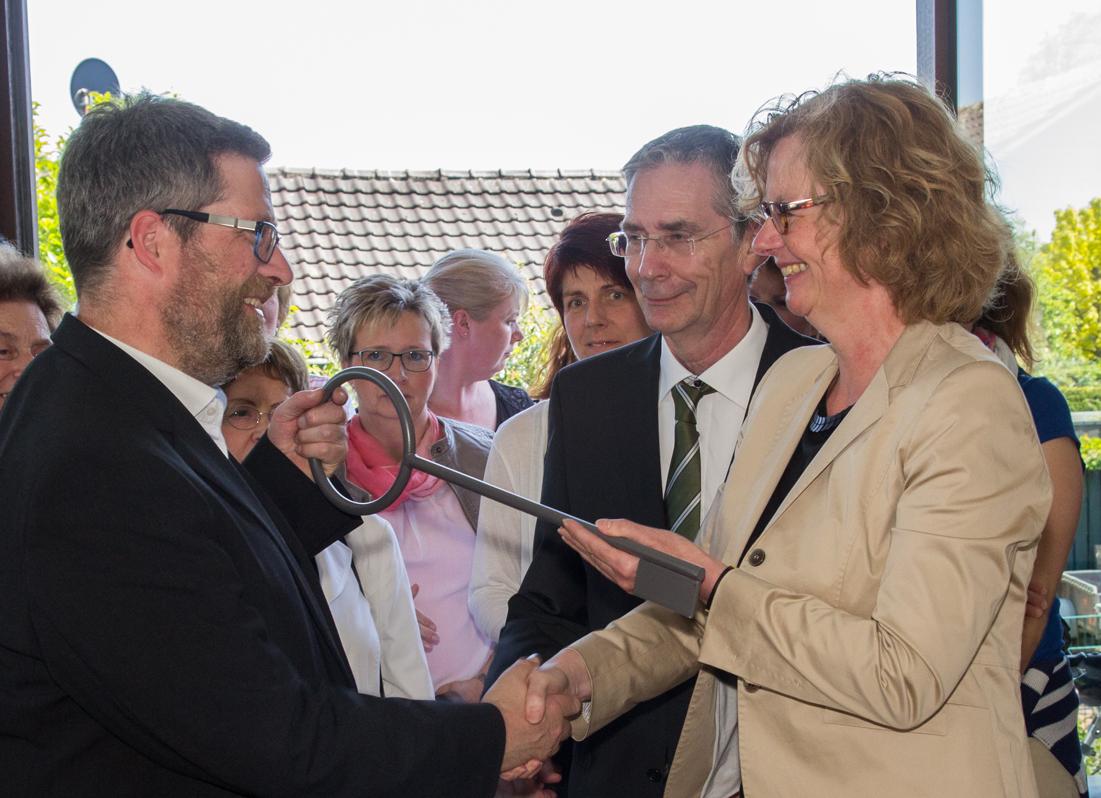 Architektin Dagmar Grote übergibt Pfarrer Klaus Winkel symbolisch den Schlüssel für das neue Pfarrzentrum (Foto: Frithjof Nowakewitz)