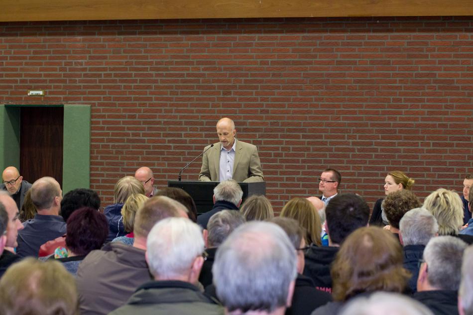 Frank Schaffeld erläuterte den Besuchern die Hallennutzung als Notunterkunft (Foto: Frithjof Nowakewitz)