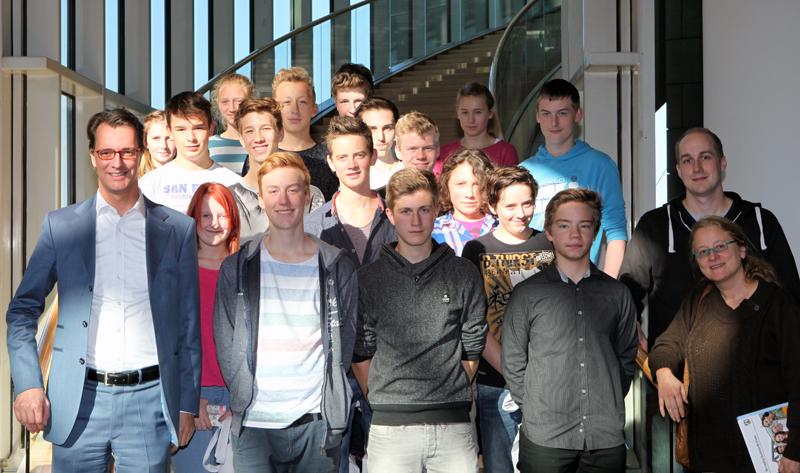 Hendrik Wüst (links) hatte  die Klasse 9d nach Düsseldorf eingeladen. (Foto: Privat)