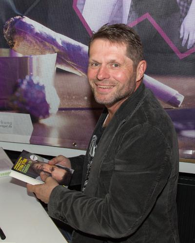 Uli Borowka schrieb fleißig Autogramme und signierte Bücher (Foto: Frithjof Nowakewitz)