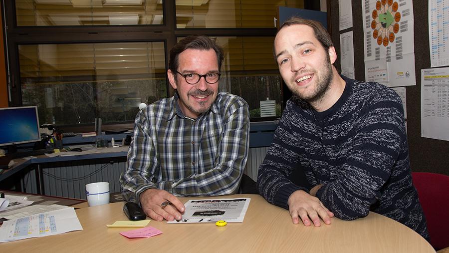 Oliver Tornow (links) mit Johannes Diekmann im Lehrerzimmer. (Foto: Frithjof Nowakewitz)