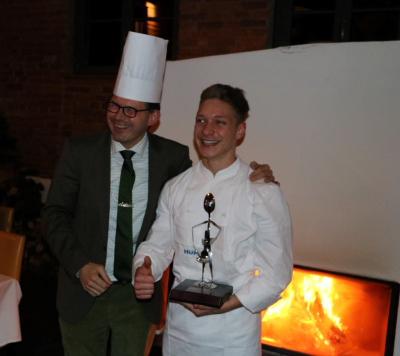 Küchenchef Jörg Brune freute sich mit Simon Cretu über den 1. Platz