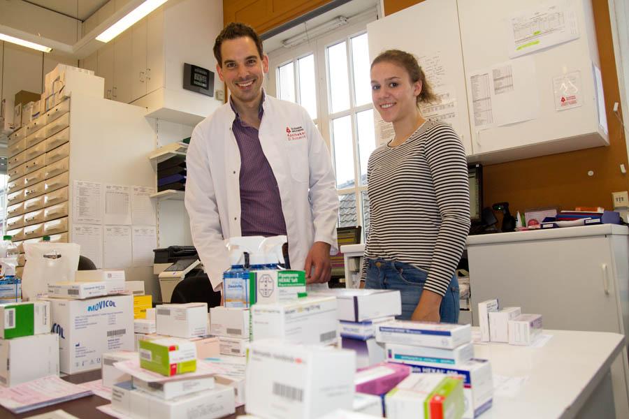 Jolina Heisterkamp (15) informierte sich bei Daniel Schmidt über das Berufsbild des Apothekers