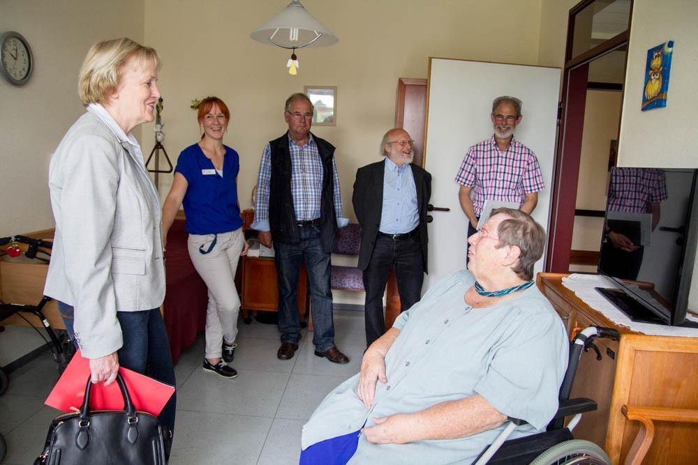 Ulla Schulte (links) im Gespräch mit Gerda Buddiger. Im Hintergrund von links Ellen Lamers, Johann Radstaak, Theo Beine und Wolfgang Jochmann.
