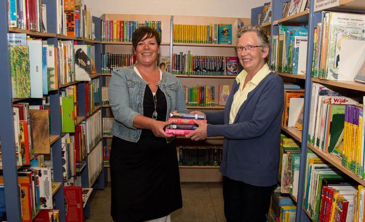 Sylvia Schmidt (links) übernimmt von Elisabeth Ferber die Leitung der Anholter Bücherei