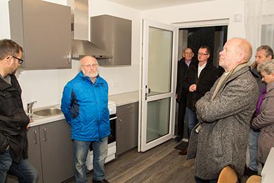 Michael Carbanje erklärt die technische Ausstattung der Wohnungen