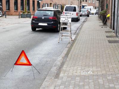 Dieter Knaven reinigt Rinnsteine der Niederstraße