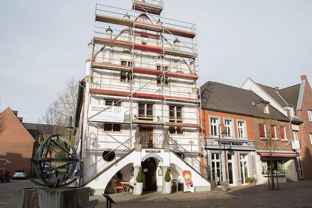 Die Front des historischen Rathauses in Anholt wird neu gestrichen