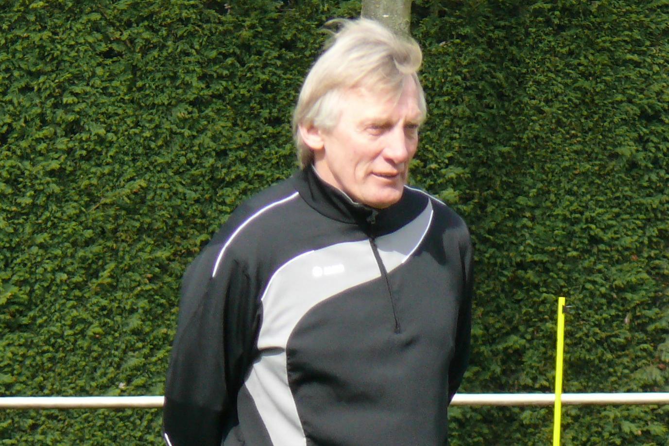 Franz-Josef Tenhagen auf der Trainerbank im Isselstadion