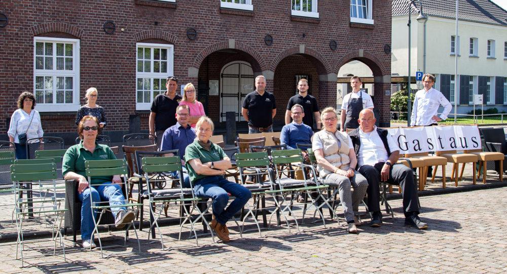 Gastronomen demonstrieren vor dem Rathaus mit leeren Stühlen