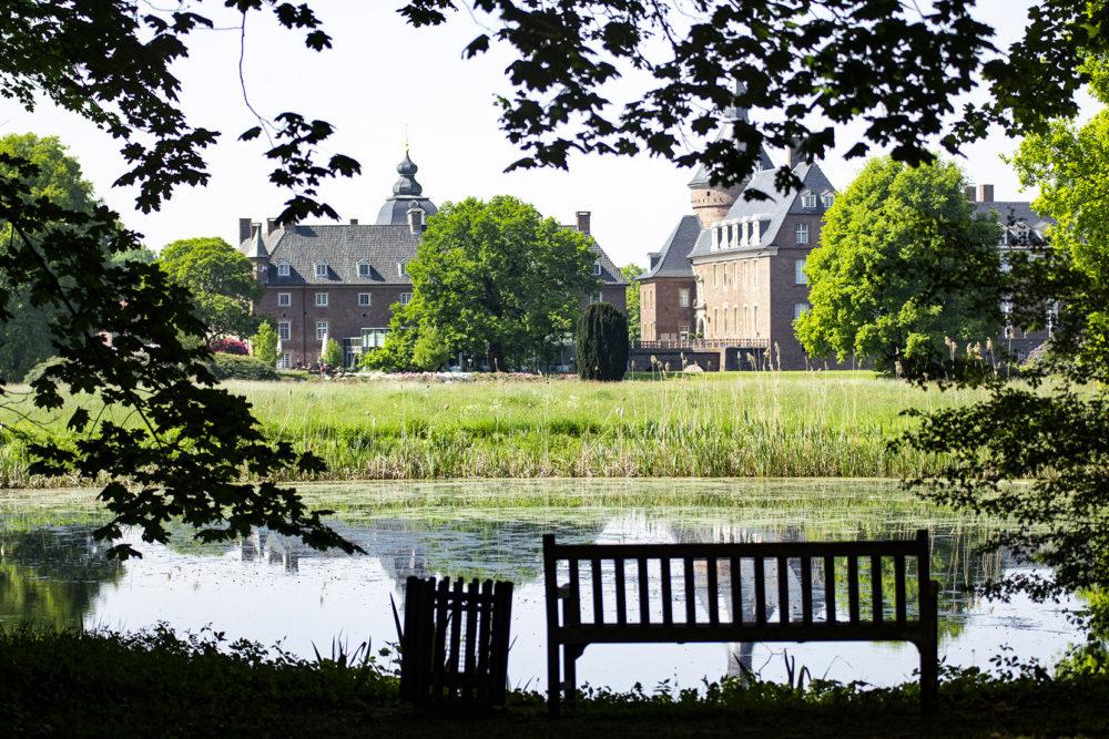 Park der Anholter Wasserburg ist für Besucher an den Wochenenden offen