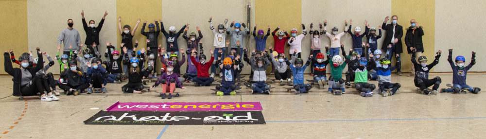 50 Kinder beim Skateboard-Workshop in der Halle am Stromberg