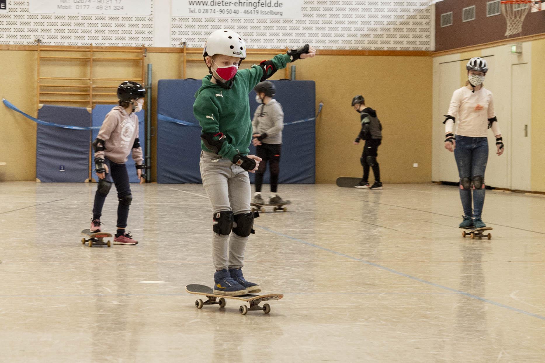 50 Kinder beim Skateboard-Workshop in der Halle am Stromberg