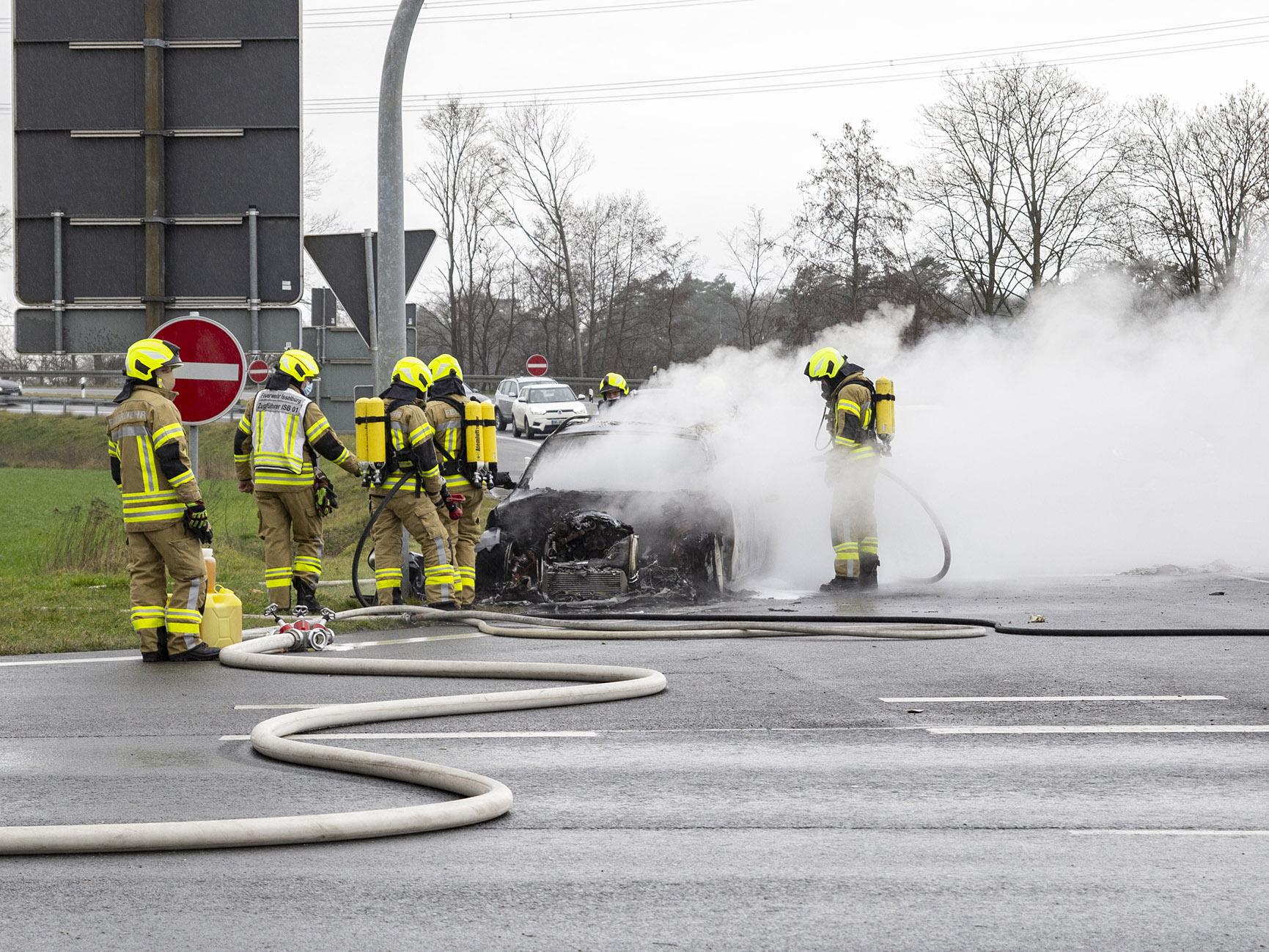 Fahrzeugbrand an der BAB-Abfahrt