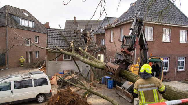 Feuerwehreinheiten müssen Sturmschäden beseitigen