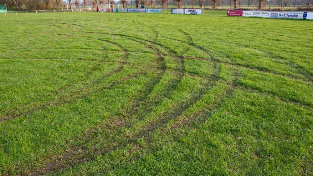 Autofahrer ruiniert Rasenfläche beim SV Werth