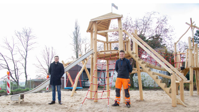 Heeldener Kinder nutzen den neuen Spielplatz